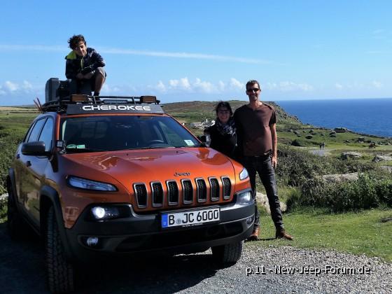 Cherokee Trailhawk mit Familie an der Küste in Land's End, Vereinigtes Königreich
